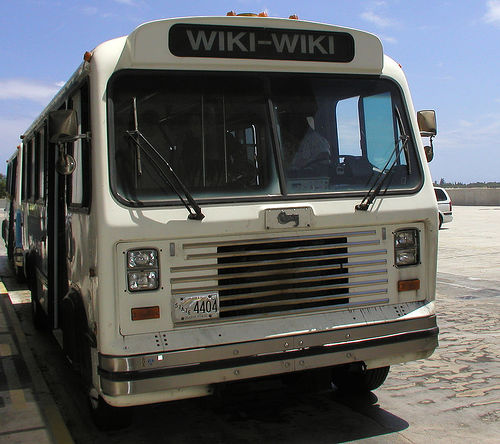 Wiki bus by Mourad Diouri, on Flickr: http://www.flickr.com/photos/earabic/3257884220/ (CC-Lizenz BY-NC-SA)