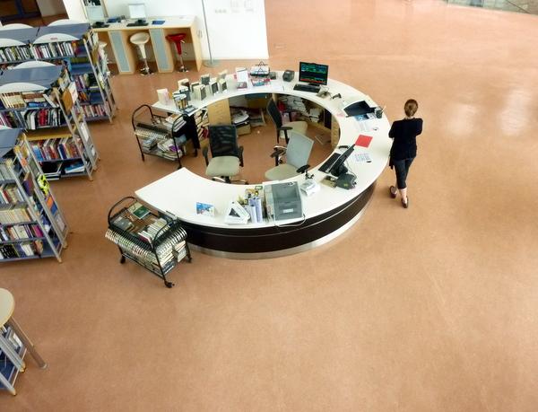 Auskunftstheke der Stadtbibliothek in Sibenik, Kroatien